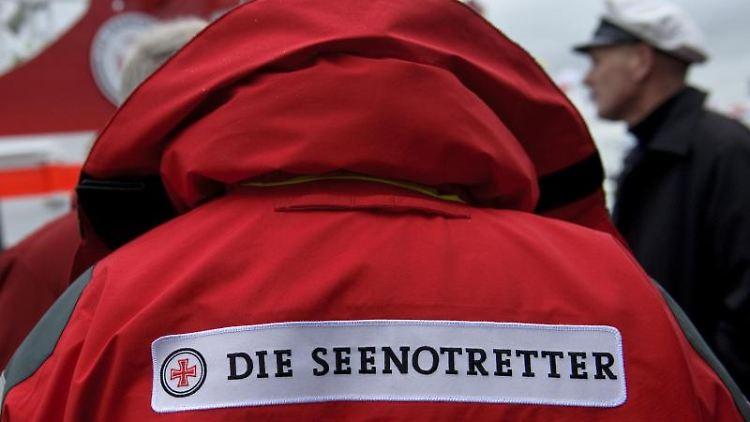 Ein Mitglied der Deutschen Gesellschaft zur Rettung Schiffbrüchiger (DGzRS). Foto: Angelika Warmuth/dpa/Symbolbild