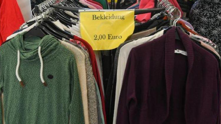 Kleidung für die kalte Jahreszeit sind in der Bekleidungsabteilung vom Sozialen Kaufhaus zu finden. Foto: Jens Kalaene/dpa-Zentralbild/dpa