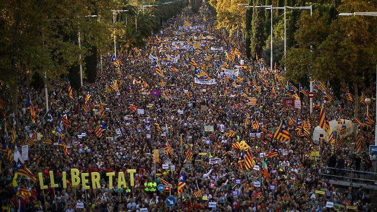 Zehntausende demonstrieren in Katalonien für die Einheit Spaniens