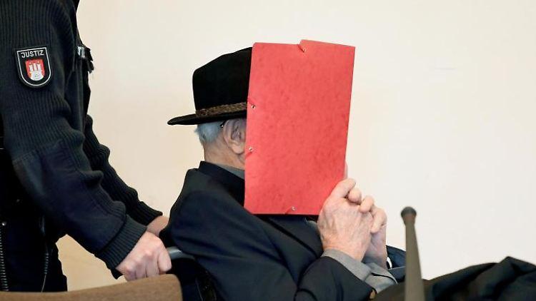 Der ehemalige SS-Wachmann des Konzentrationslagers Stutthof bei Danzig im Landgericht Hamburg. Foto: Fabian Bimmer/Reuters Pool/dpa
