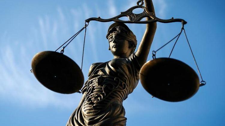 Eine Statue der Justitia hält eine Waage in ihrer Hand. Foto: dpa
