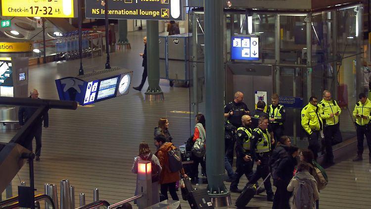 Crewmitglied löst Fehlalarm aus:Flugzeug in Amsterdam evakuiert