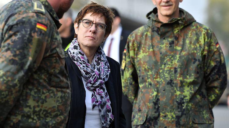 Verteidigungsministerin Annegret Kramp Karrenbauer besucht Soldaten einer Erfurter Kaserne