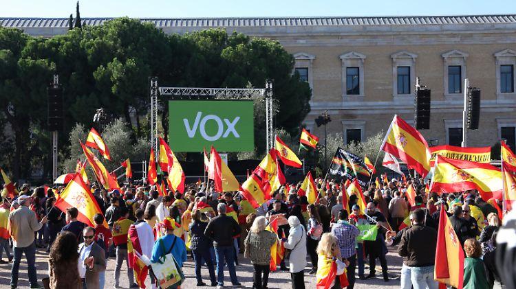 Die rechtsradikale Partei Vox protestierte gegen die Exhumierung des spanischen Ex Diktators Franco aus dessen Mausoleum