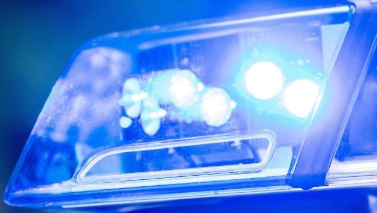 Ein Blaulicht leuchtet an einer Polizeistreife. Foto: Lino Mirgeler/dpa/Symbolbild