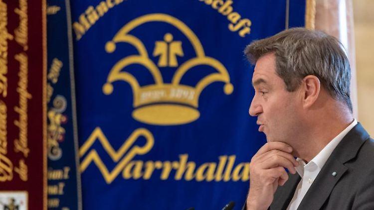 Ministerpräsident Markus Söder (CSU) spricht während seiner Nominierung für den Karl-Valentin-Orden. Foto: Peter Kneffel/dpa