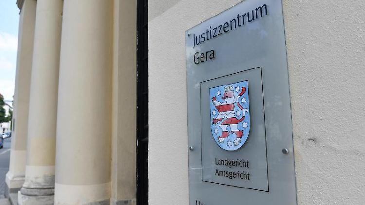 Ein Schild weist auf das Amtsgericht und das Landgericht hin. Foto: Jens Kalaene/zb/dpa