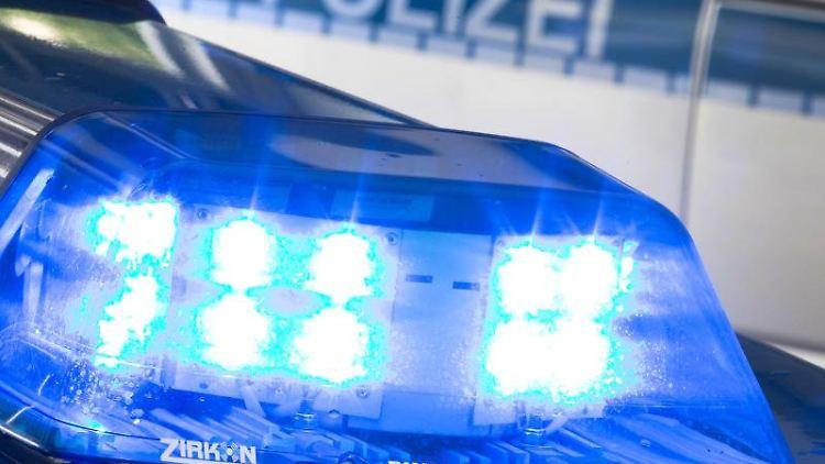 Eie Blaulicht leuchtet auf dem Dach eines Polizeiwagens. Foto: Friso Gentsch/dpa/Symbolbild
