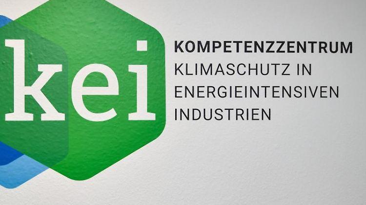 Das Logo vom Kompetenzzentrum Klimaschutz in energieintensiven Industrien (KEI) ist an einer Wand zu lesen. Foto: Patrick Pleul/dpa-Zentralbild/dpa