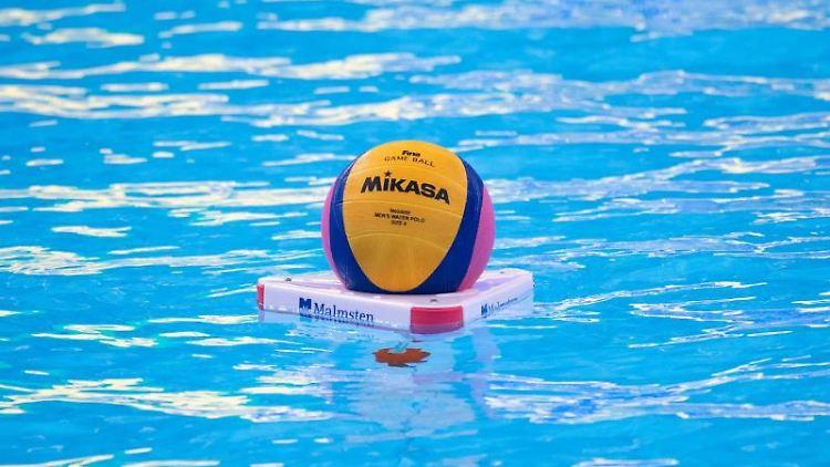 Ein Ball schwimmt vor Beginn eines Wasserball-Spiels auf dem Wasser. Foto: Bernd Thissen/dpa/Symbolbild