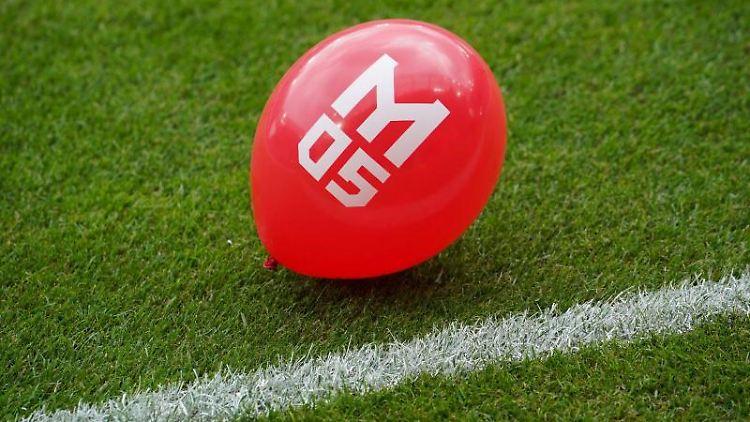Ein Luftballon mit dem Logo von Mainz 05. Foto: Frank Rumpenhorst/dpa/Archivbild