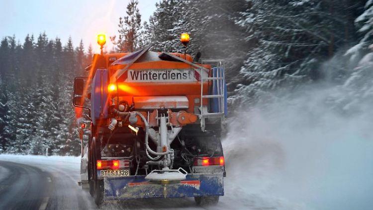 Ein Schneepflug räumt eine Landstraße in der Fränkischen Schweiz. Foto: David-Wolfgang Ebener/dpa/Archivbild