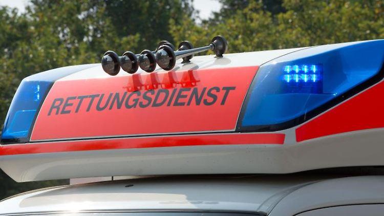 Blaulicht an einem Fahrzeug des Rettungsdienstes. Foto: Soeren Stache/dpa/Archivbild