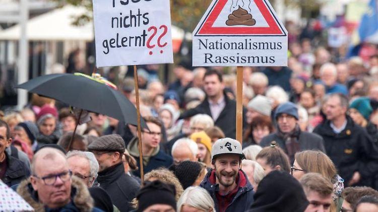 Teilnehmer einer Demonstration gegen Neonazis und rechte Gewalt in der Innenstadt von Bad Segeberg. Foto: Daniel Bockwoldt/dpa