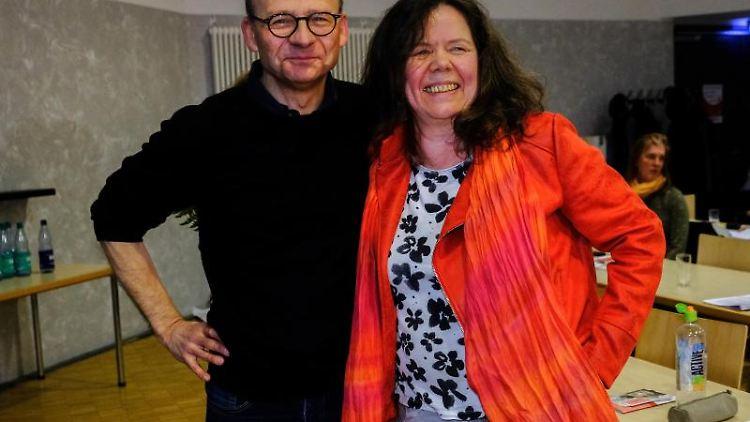 Christoph Spehr und Cornelia Barth sind Landesprecher und Landessprecherin der Linke Bremen. Foto: Patrick Stollarz/dpa