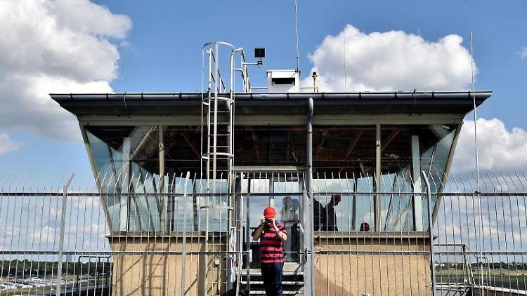Der Tower in Berlin am ehemaligen Flughafen Tempelhof. Foto: Britta Pedersen/dpa-Zentralbild/dpa/Archivbild
