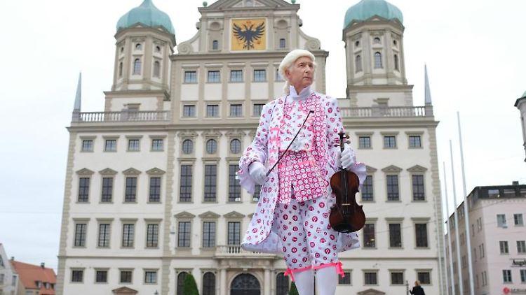 Ein Darsteller des Musikers Leopold Mozart steht in Augsburg vor dem historischen Rathaus. Foto: Fabian Schreyer/Mozartstadt Augsburg/dpa/Archivbild