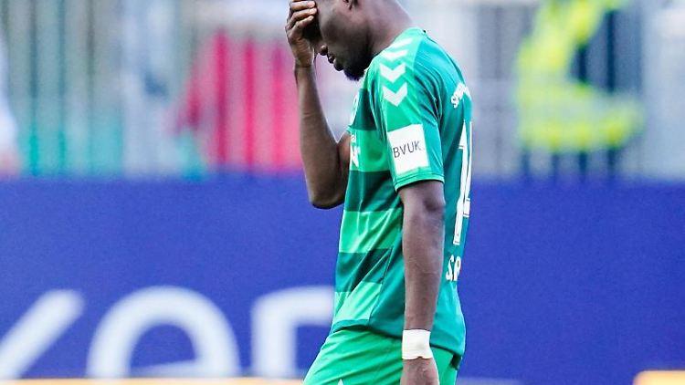 Fürths Hans Nunoo Sarpei verlässt nach Spielende das Spielfeld. Foto: Uwe Anspach/dpa