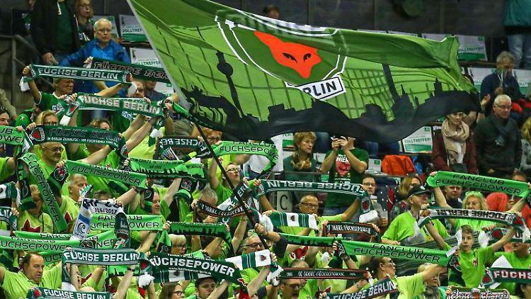 Fans der Füchse Berlin feuern ihr Team mit Gesängen an. Foto: Andreas Gora/dpa/Archivbild