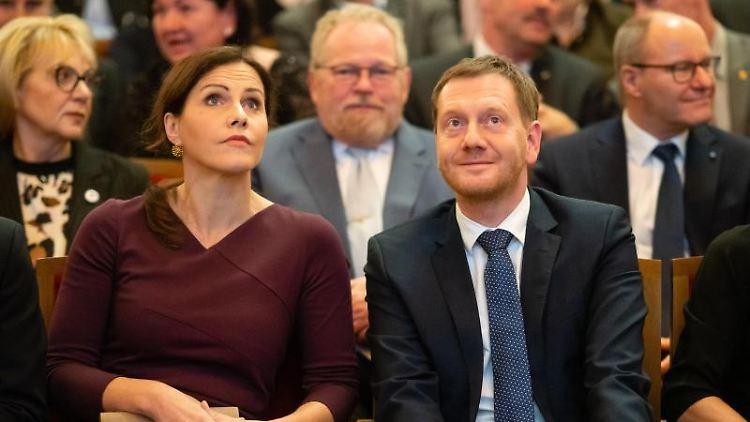 Michael Kretschmer (CDU) sitzt zusammen mit seiner Partnerin Annett Hofmann im Vogtlandtheater Plauen. Foto: Ronald Bonß/dpa-Zentralbild/dpa