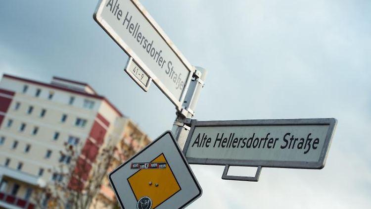 Ein Straßenschild mit Verkehrszeichen steht in der