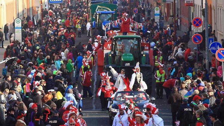 Der Karnevalsumzug zieht durch die Straßen. Foto: Jens Wolf/dpa-Zentralbild/dpa