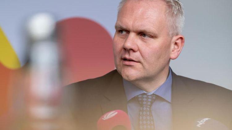 Björn Thümler, Niedersachsens Minister für Wissenschaft und Kultur (CDU), spricht auf einer Pressekonferenz. Foto: Peter Steffen/dpa