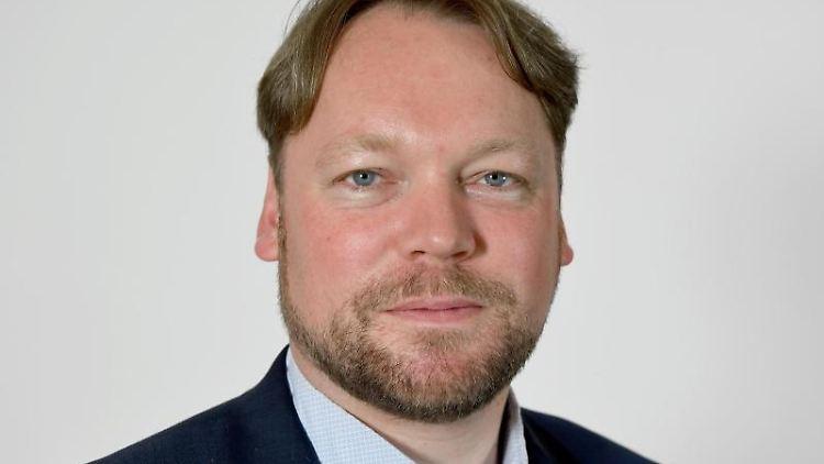 Oliver Kumbartzky (FDP), Abgeordneter im Landtag von Schleswig-Holstein, steht im Landeshaus von Kiel. Foto: Carsten Rehder/dpa/Archivbild