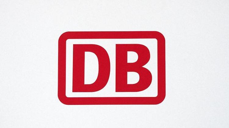 Das Logo der Deutschen Bahn ist in roten Buchstaben auf weißem Hintergrund zu sehen. Foto: Ralf Hirschberger/dpa/Archivbild