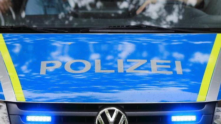Ein Fahrzeug der Polizei ist im Einsatz. Foto: Jens Wolf/ZB/dpa/Archivbild