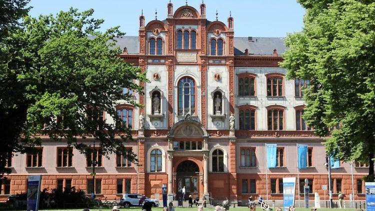 Das Hauptgebäude der Universität Rostock am Universitätsplatz. Foto: Bernd Wüstneck/zb/dpa/Archivbild