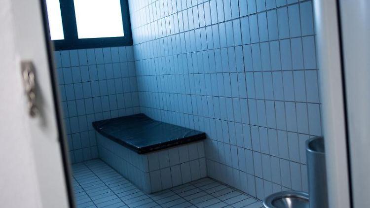 Eine Gewahrsamszelle in einem Polizeipräsidium. Foto: Marius Becker/dpa/Archivbild