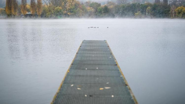 Nebelschwaden ziehen über den Max-Eyth-See hinweg. Foto: Christoph Schmidt/dpa/Archivbild