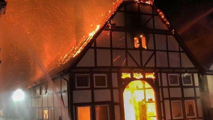 Einsatzkräfte der Feuerwehr versuchen, den Brand in einem Fachwerkhaus in der Innenstadt zu löschen. Foto: -/Freiwillige Feuerwehr Lügde/dpa