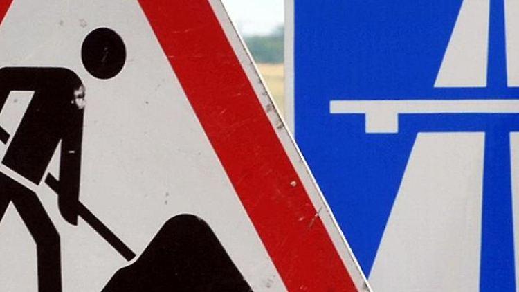 Ein Baustellenschild ist vor einem Autobahschild platziert. Foto: Martin Schutt/zb/dpa/Symbolbild