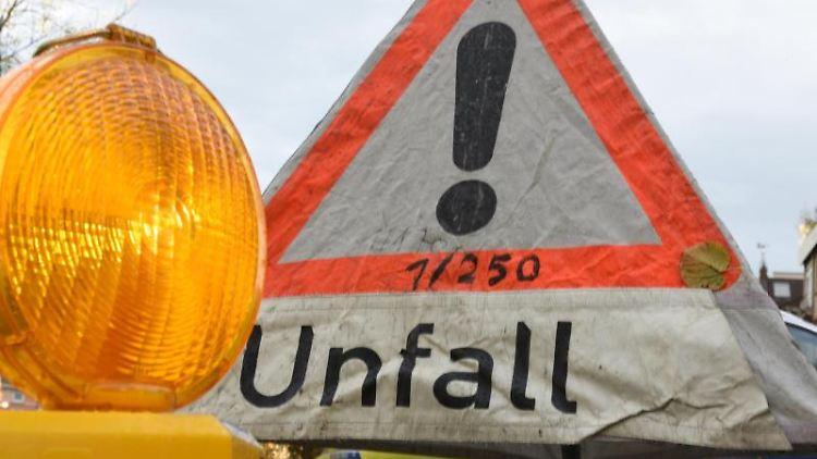 Ein Schild weist auf einen Verkehrsunfall hin. Foto: Patrick Seeger/dpa/Symbolbild
