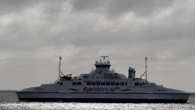 Die Syltfähre fährt zwischen der Insel Sylt und der dänischen Insel Rømø. Foto: Carsten Rehder/dpa/Archivbild