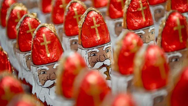 Schokoladen-Nikoläuse mit Bischofsstäben. Foto: Daniel Naupold/dpa/Archivbild