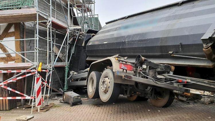 Das Führerhaus eines Lastwagens hängt nach einem Unfall in einer eingerüsteten Kirchenwand. Foto: Polizeipräsidium Mittelhessen/dpa