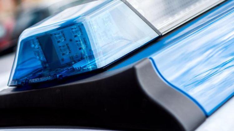 Das Blaulicht an einem Einsatzwagen der Polizei. Foto: Hauke-Christian Dittrich/dpa