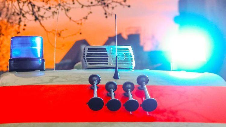 Ein Rettungswagen mit angeschaltetem Blaulicht und Signalhorn. Foto: Michael Hanschke/dpa