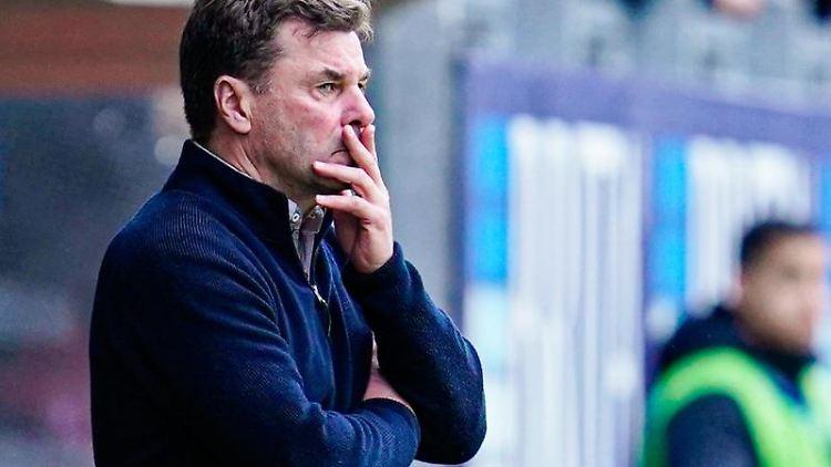 Hamburgs Trainer Dieter Hecking steht am Spielfeldrand. Foto: Uwe Anspach/dpa