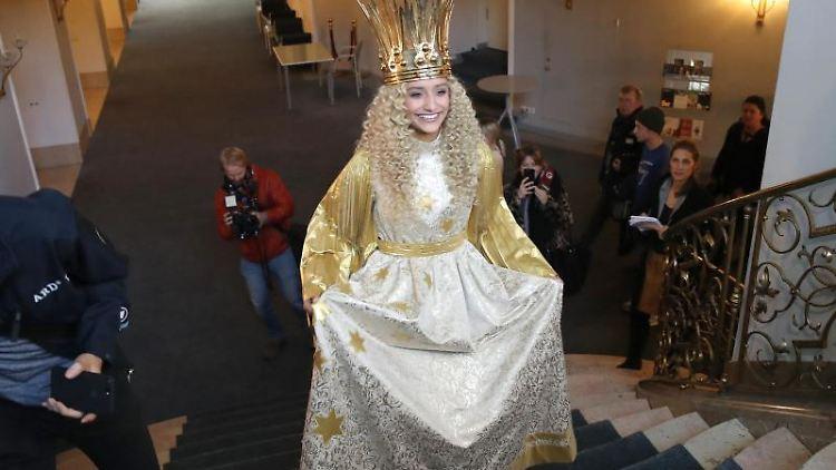 Benigna Munsi, das neue Nürnberger Christkind, während der offiziellen Kostümprobe im Staatstheater Nürnberg. Foto: Daniel Karmann/dpa