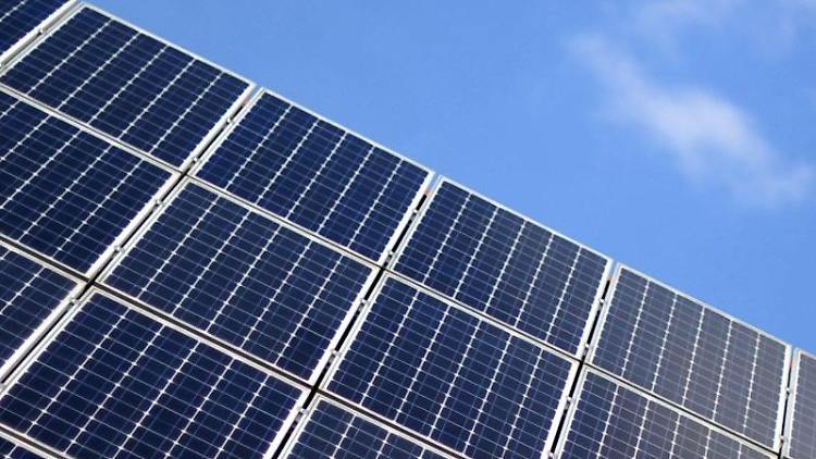 Eine Solaranlage ist vor dem blauem Himmel zu sehen. Foto: Daniel Reinhardt/dpa/Archivbild