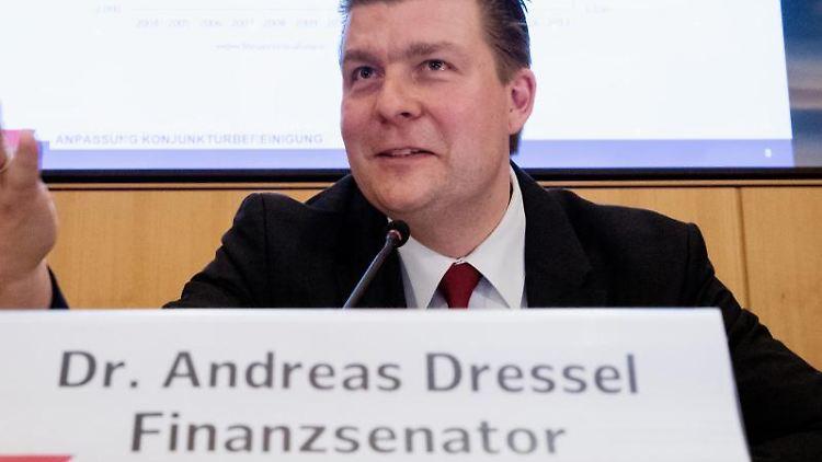 Andreas Dressel (SPD), Finanzsenator in Hamburg, spricht auf einer Pressekonferenz im Rathaus. Foto: Christian Charisius/dpa