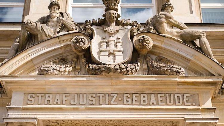 Der Eingang des Strafjustizgebäudes in Hamburg. Foto: Daniel Bockwoldt/dpa