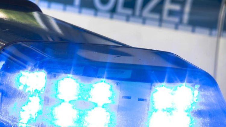 Ein Blaulicht auf dem Dach eines Polizeiwagens. Foto: Friso Gentsch/dpa