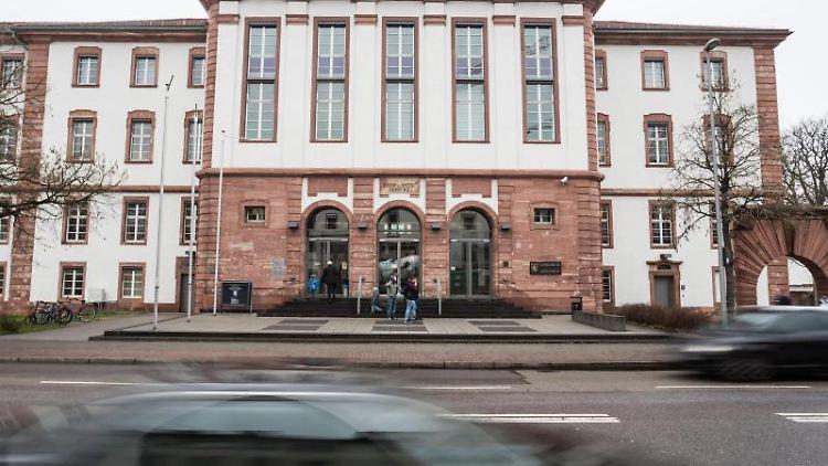 Autos fahren in Hanau am Gebäude des Landgerichtes vorbei. Foto: Frank Rumpenhorst/dpa/Archivbild