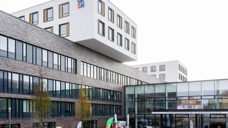 Blick auf den Eingangsbereich des Zentralklinikums auf dem UKSH-Campus. Foto: Markus Scholz/dpa