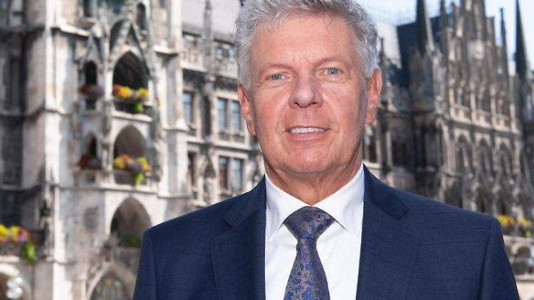 Dieter Reiter (SPD), Oberbürgermeister der Stadt München, steht auf dem Marienplatz vor dem Rathaus. Foto: Sven Hoppe/dpa
